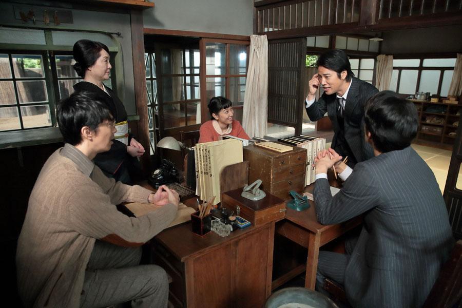世良(右・桐谷健太)が、毎晩寝ずに考えたアイデアだと提案してきたのは、「宣伝放送」だった