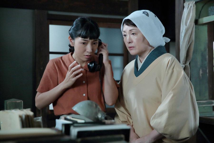 泉大津の自宅で、「萬平が進駐軍に逮捕された!」という衝撃の知らせを受ける福子(安藤サクラ)と母・鈴(右・松坂慶子)