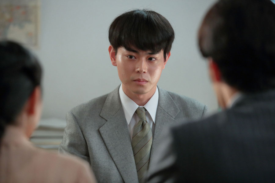 真一(大谷亮平)と福子(安藤サクラ)から、罰金7万円をどうやって作ればよいか相談を受ける東弁護士(菅田将暉)