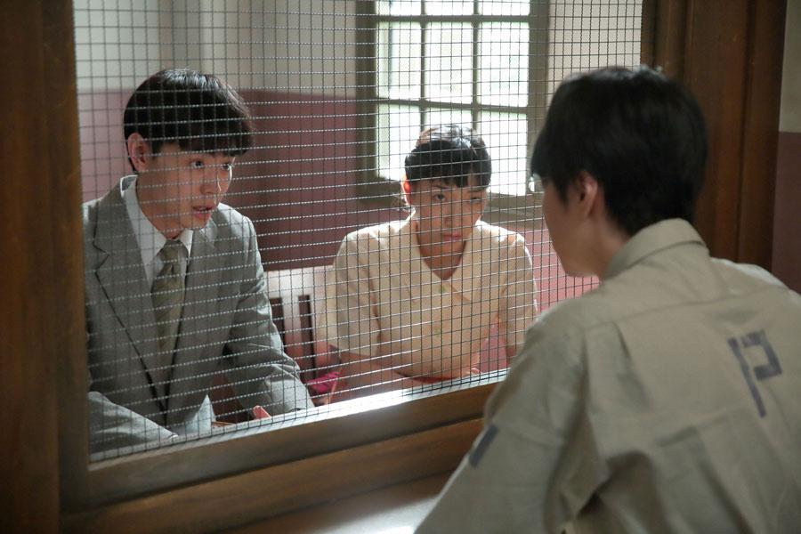 4年も刑務所を出られないと知り、がく然とする萬平(長谷川博己)に「でも希望は捨てないでください」という東太一(菅田将暉)