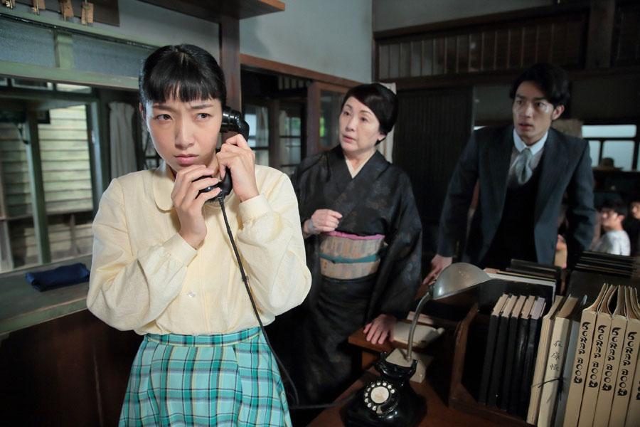 東京から泉大津の自宅に帰った直後、東京財務局からの一本の電話に、さらに追い詰められる福子(左・安藤サクラ)