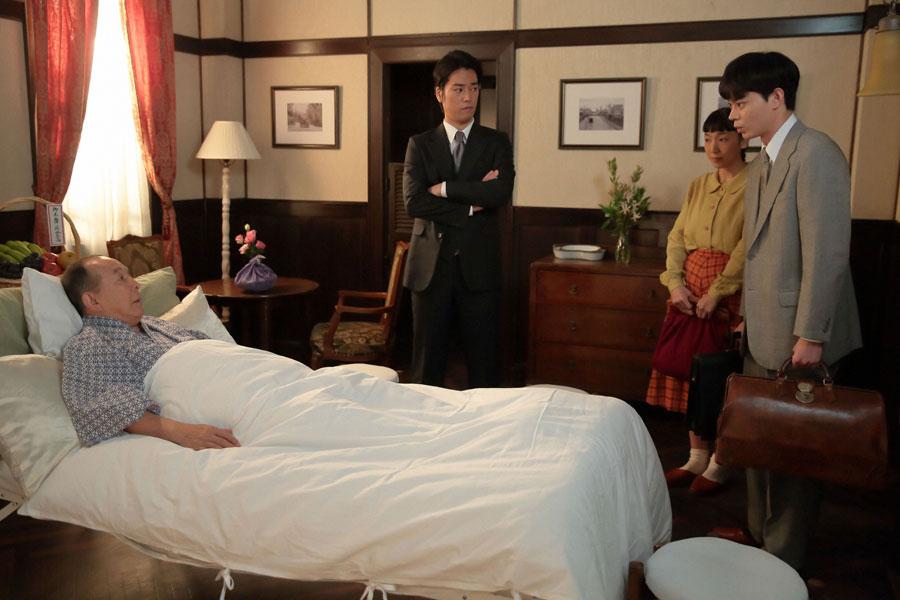 御堂筋病院の病室にて、福子に紹介されて三田村と面会する東弁護士(菅田将暉)