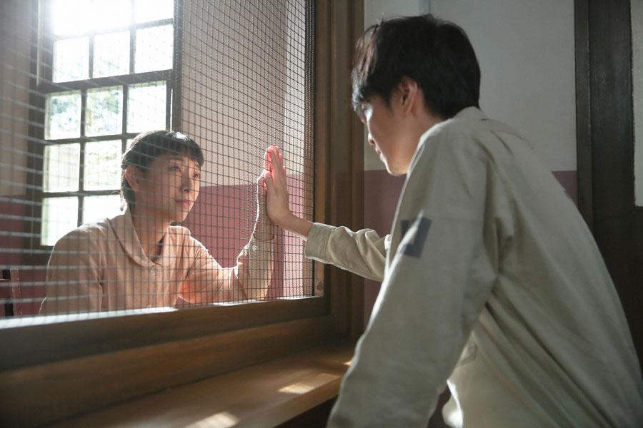 萬平(長谷川博己)に面会し、「萬平さん、大丈夫。大丈夫です」と励ます福子(安藤サクラ)