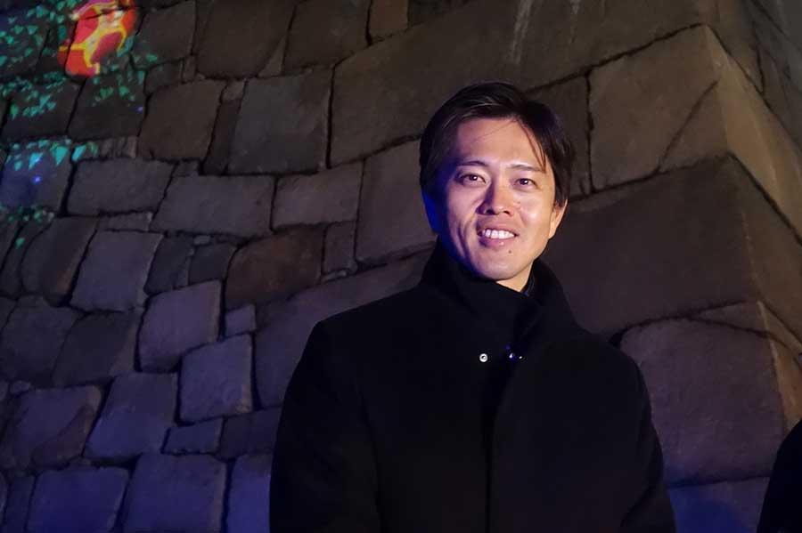 「SAKUYA LUMINA」を体験し、笑顔を浮かべる吉村洋文市長