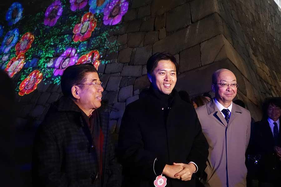左から西川きよし、吉村洋文市長、吉本興業と電通グループが共同出資する「アルカナイト」の代表取締役・田中宏幸さん