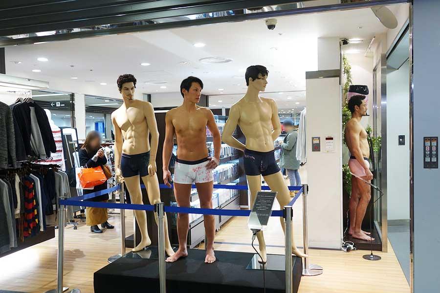男性モデルが、マネキンとして2人登場