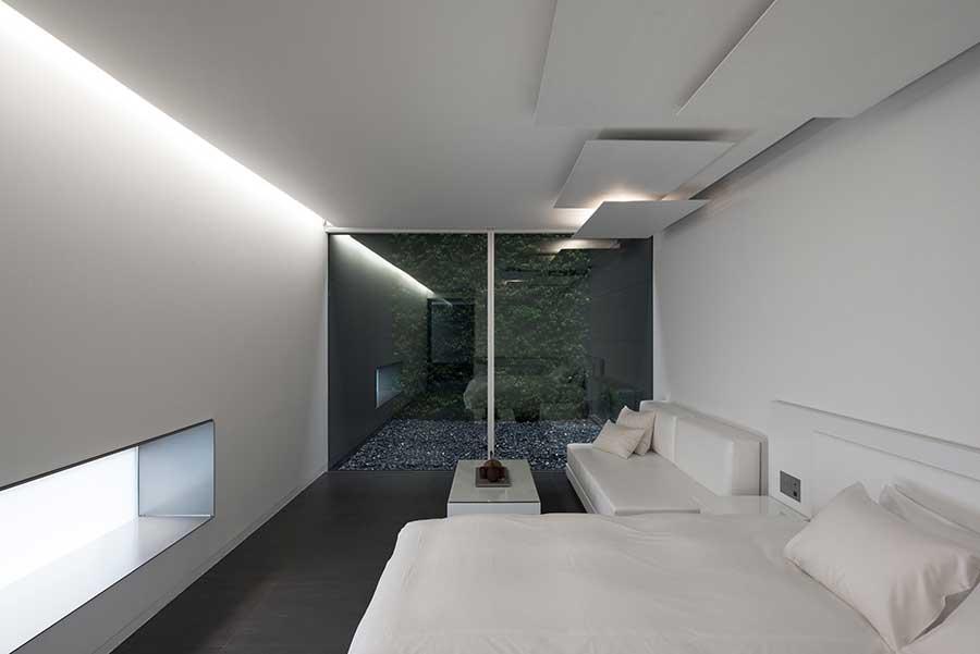 客室は真っ白なギャラリーのような空間と真っ黒なタイプがあり