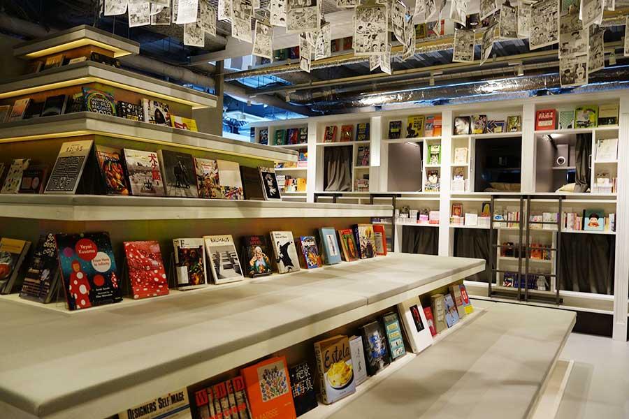心斎橋店にはピラミッド型のソファ。側面にも本が並んでいる