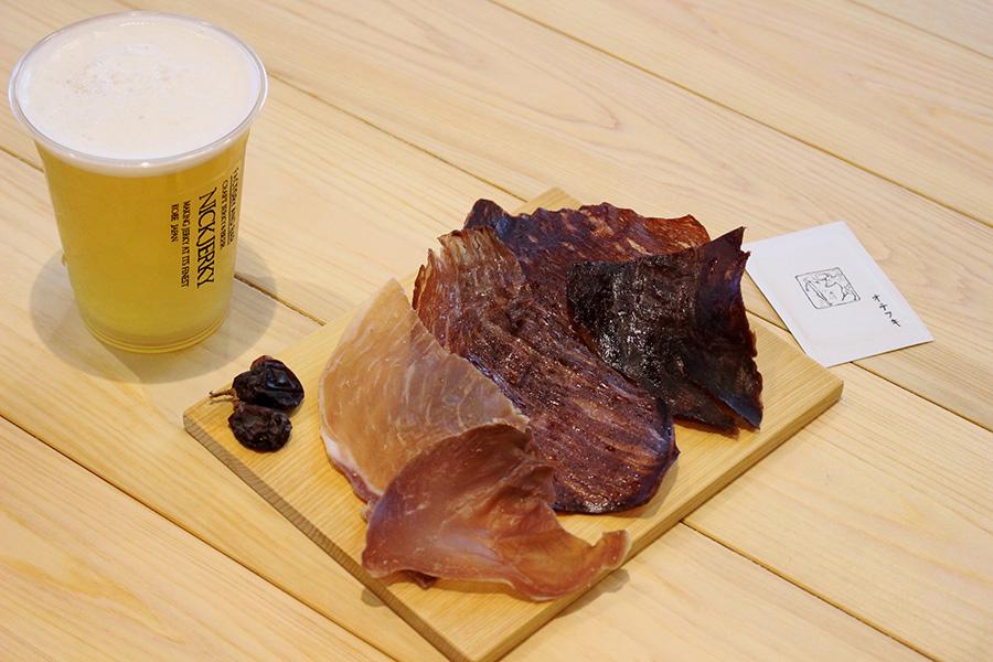 但馬玄(たじまぐろ)・神戸ビーフ・神戸ポークの3種盛りは、写真の量で約2000円(量り売り)。常時4種そろうクラフトビールは355ml・700円