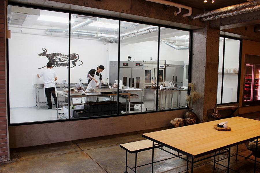 ジャーキーは店内から見えるガラス張りの工房で作られる
