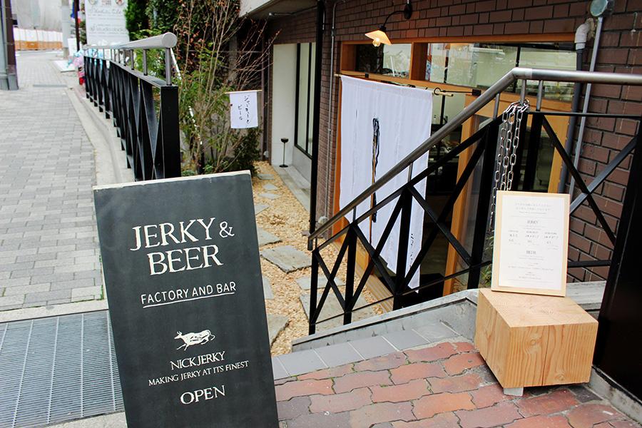 神戸異人館「風見鶏の館」からも近く、半地下で落ち着いた店舗