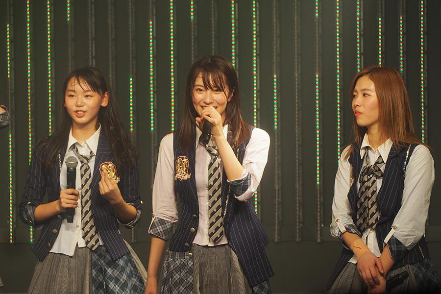 公演の最後にリポーター就任を発表したNMB48・小嶋花梨(中央・17日大阪市内)