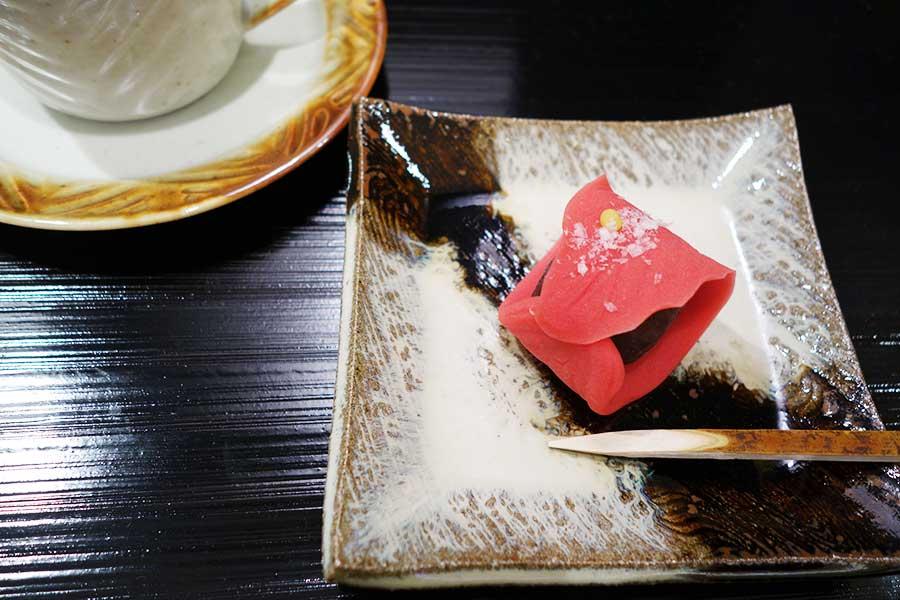 12月18日まで、「鶴屋吉信」の上生菓子「ポインセチア」とUCCカフェメルカードのポインセチアスペシャルブレンドが楽しめる