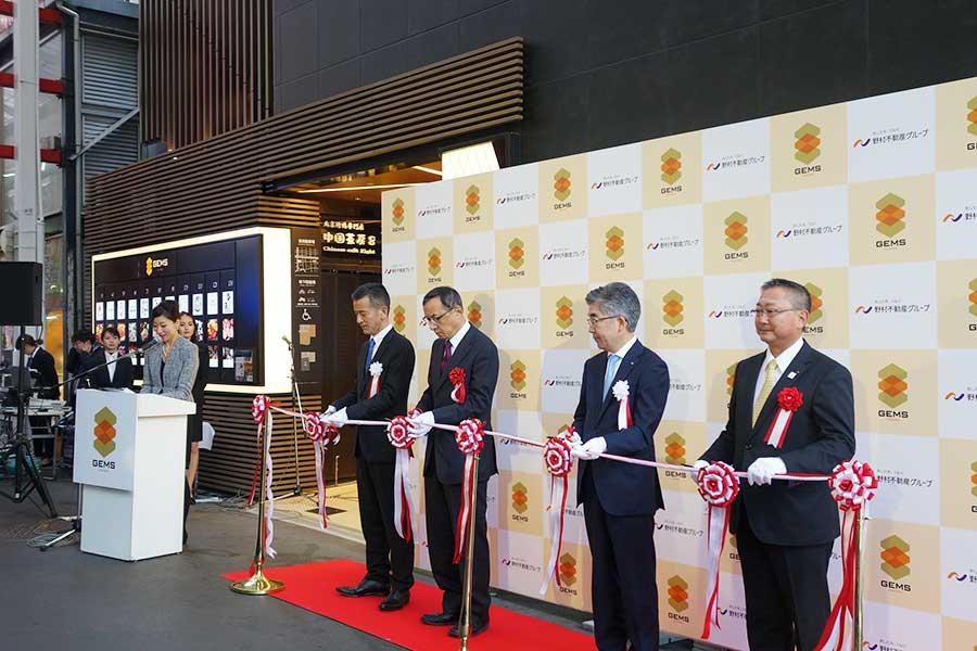 テープカットがおこなわれ、左から2番目が中村治彦さん、3番目が東進明さん