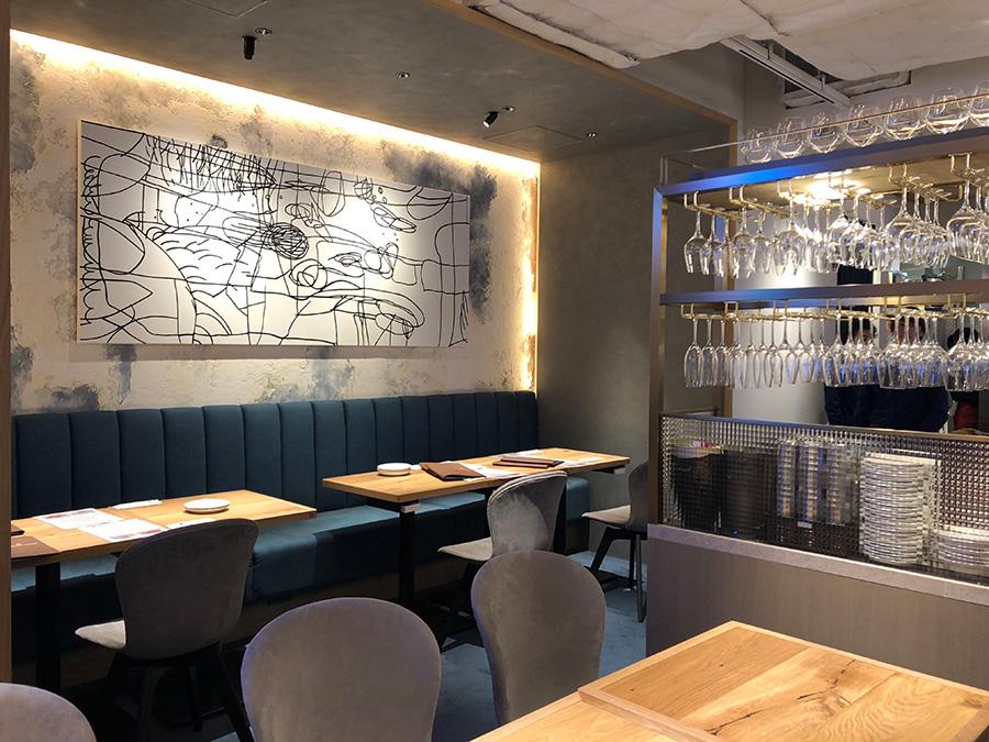 「俺のビストロ」店内。壁にかかる絵は、ニューヨークで人気のアーティストの作品