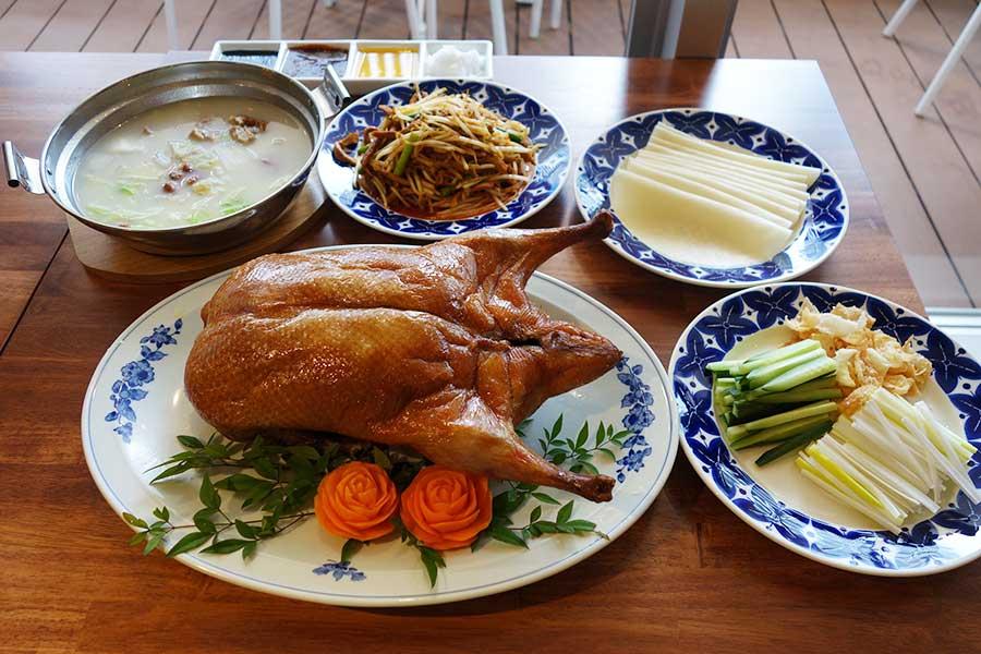 24時間営業の「中国茶房8 なんば店」の本釜焼き北京ダックは1匹2888円(税別)