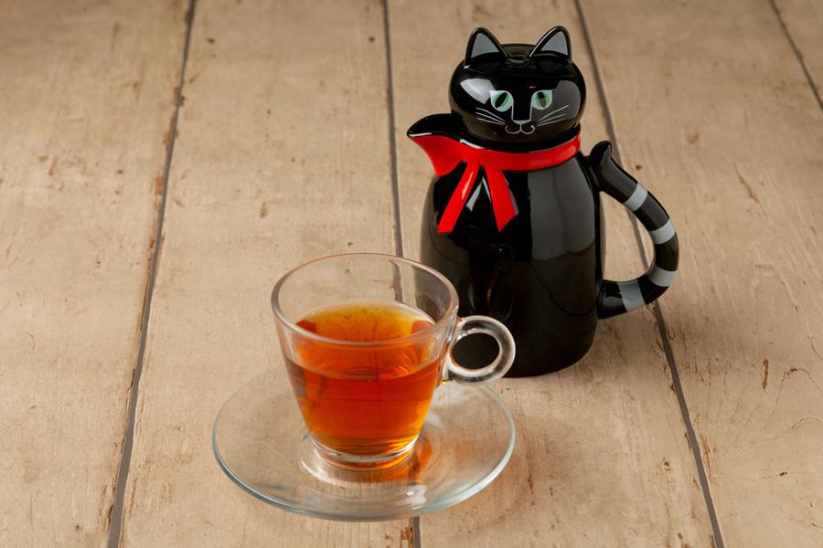 黒猫のフィーカ(フレーバーティー・950円)。猫の形のティーポットは購入可能(5400円)
