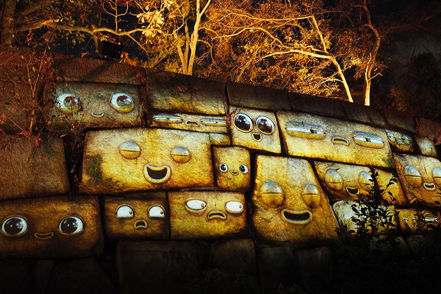 目をパチパチさせながら、石垣の石がしゃべり出す
