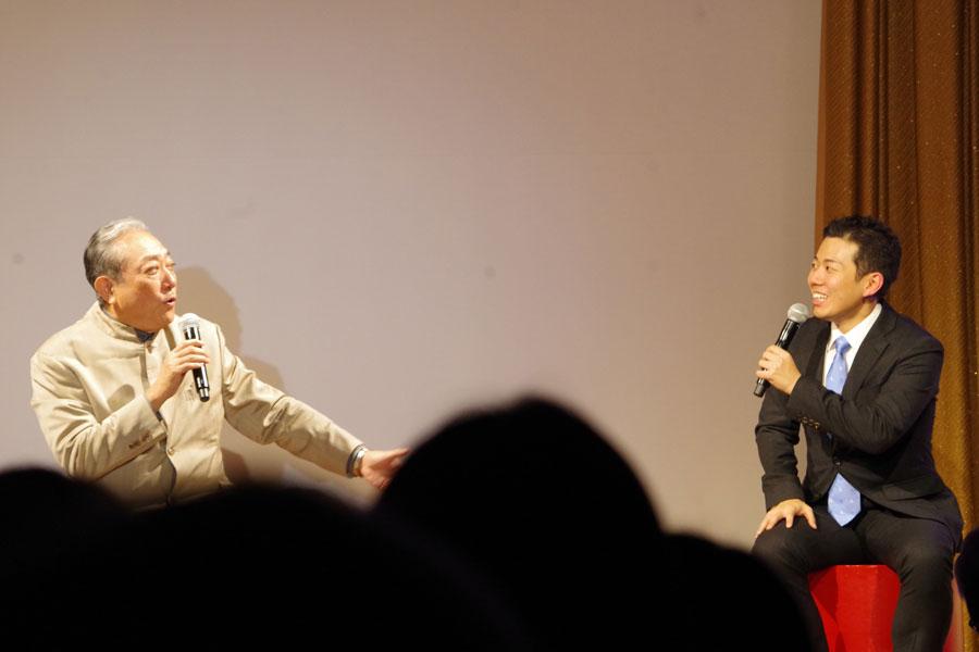 松竹新喜劇の代表を務める渋谷天外もゲストで出演。入籍発表の25分前に電話で結婚の報告を受けたという