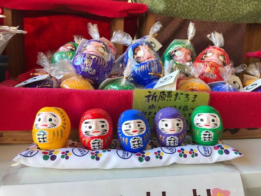 大野神社の社紋の梅鉢やだるまも5色のデザインを施し、人気を集める