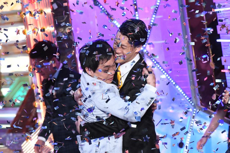 優勝が決まり、抱き合う2人©︎2018 M-1GRANDPRIX、©︎ABCテレビ/吉本興業