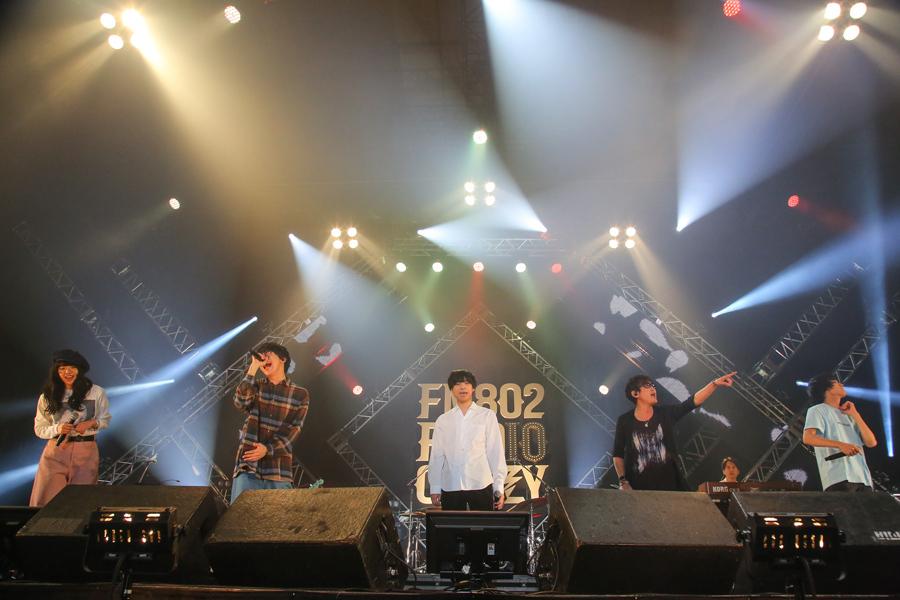 "UNISON SQUARE GARDENの斎藤宏介(一番右)は、04 Limited SazabysのTシャツを着て登場(27日、大阪市内)写真提供:FM802 撮影:田浦ボン、日吉""JP""純平"