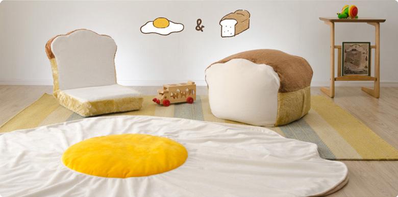 人をダメにする食パンビーズクッション、食パン座椅子、超特大目玉焼きブランケットがセットになった「食パン福袋A」(21600円)