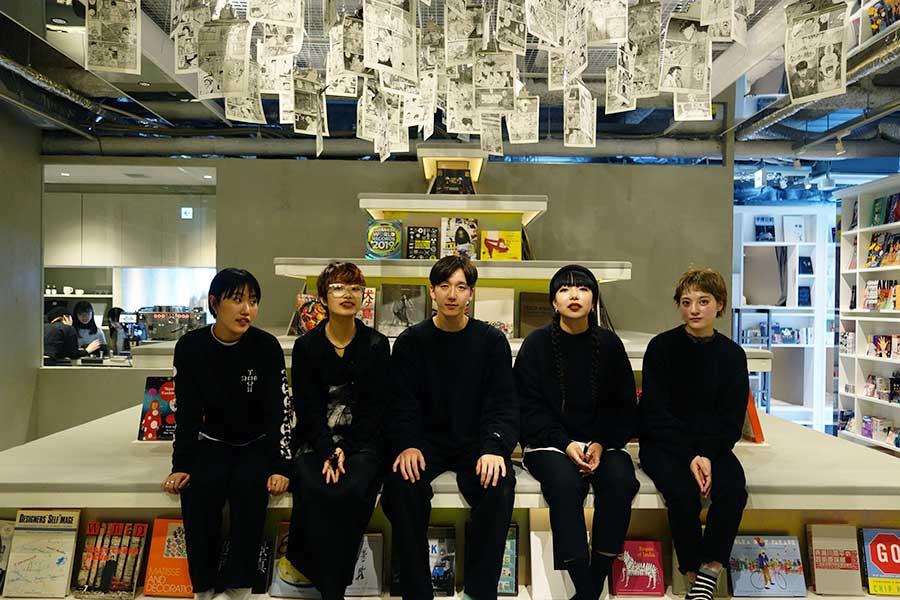 心斎橋店は、真っ白な空間で、スタッフは黒で統一。なかにはモデルとして活躍する人も