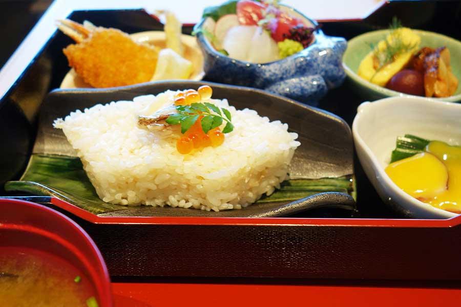 和食の「水春亭」で、離宮弁当1400円(ランチタイムのみ)、ステーキ重、うな丼、一品ものも豊富