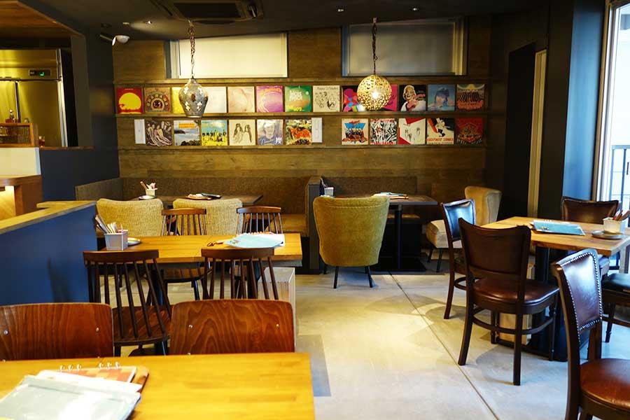 まるでカフェのような空間、「炭火とワイン なんば店」