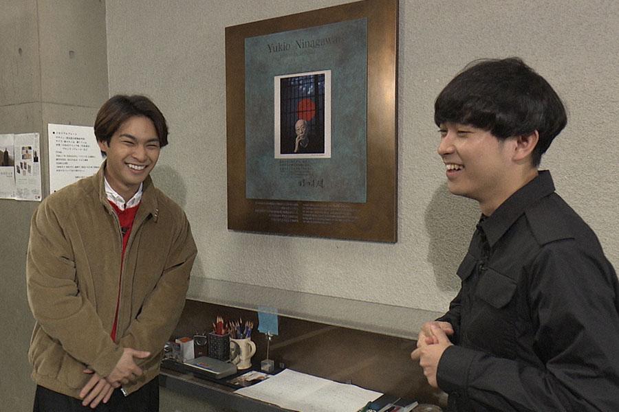 蜷川さんが芸術監督を務めた「彩の国さいたま芸術劇場」で故人を偲ぶ柳楽優弥(左)と藤田貴大