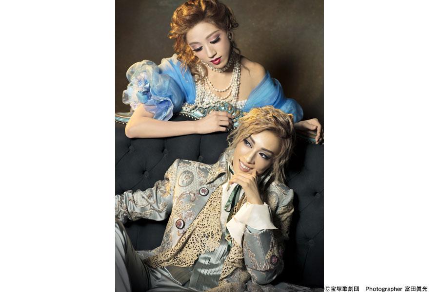多くの女性を虜にしたカサノヴァを演じる明日海りお(下)と、彼の運命を変えるベアトリーチェ役で惜しくも退団する仙名彩世
