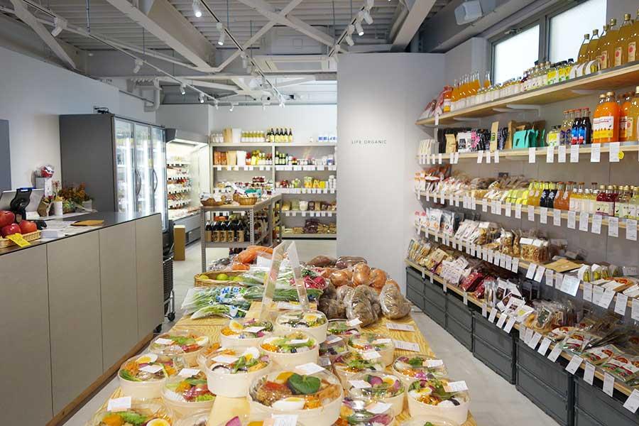 店内に並ぶのは福原さんが選んだもののみ。調味料、デリ、お菓子、お茶などさまざまな食品が並ぶ