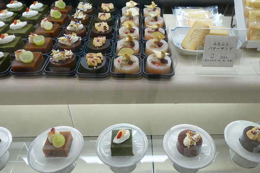 フルーツや生クリーム、ナッツを使ったあんこ菓子の新境地。「梅園 oyatsu」のかざり羹。紅茶389円