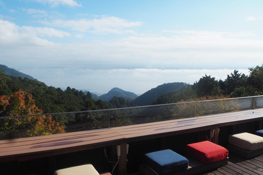 昨年4月、ホテルにオープンした「山床カフェ」。冬は暖房付きブランケットでぽかぽか