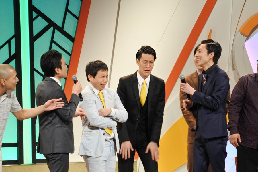 4日、大阪の「よしもと漫才劇場」で開催された『Kakeru翔LIVE』にて、ジソンシンらほか出演者に迎えられた霜降り明星(中央)