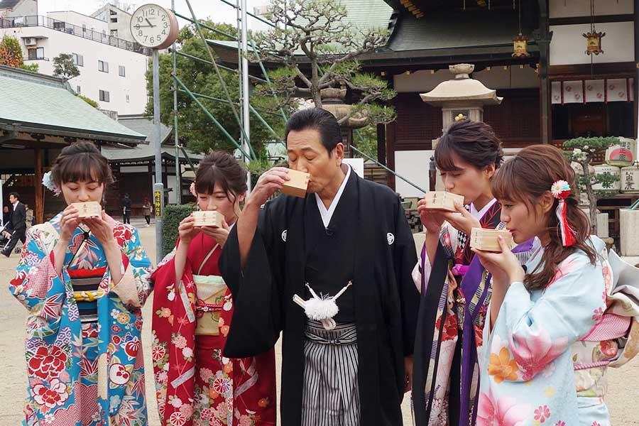 1月5日の放送スペシャルは、「大阪天満宮」からスタート。左から松山メアリ、山口実香、三田村邦彦、吉川亜樹、犬塚あさな。早速、奈良の「春鹿」に舌鼓を打つ