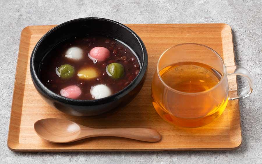 3色の白玉の栗の甘露煮をトッピングしたぜんざい700円。ほうじ茶とセットで900円