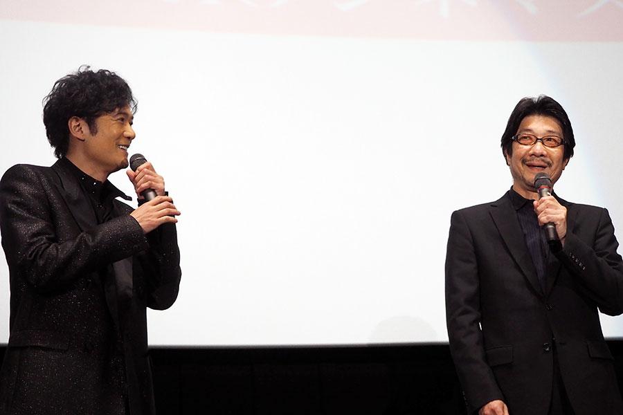 映画『半世界』の舞台挨拶に登場した主演の稲垣吾郎(左)と阪本順治監督(31日・大阪市内)