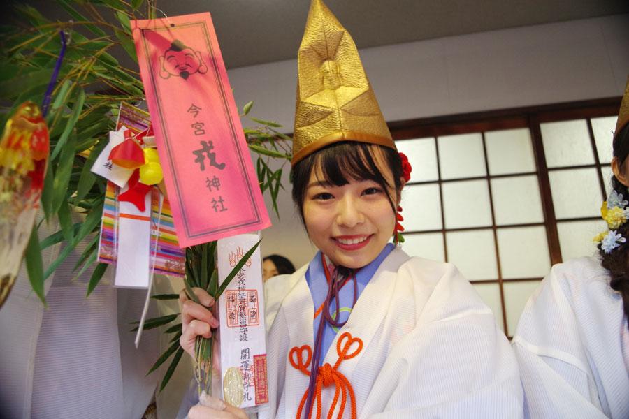 笑顔で迎える2019年の福娘(9日・今宮戎神社)