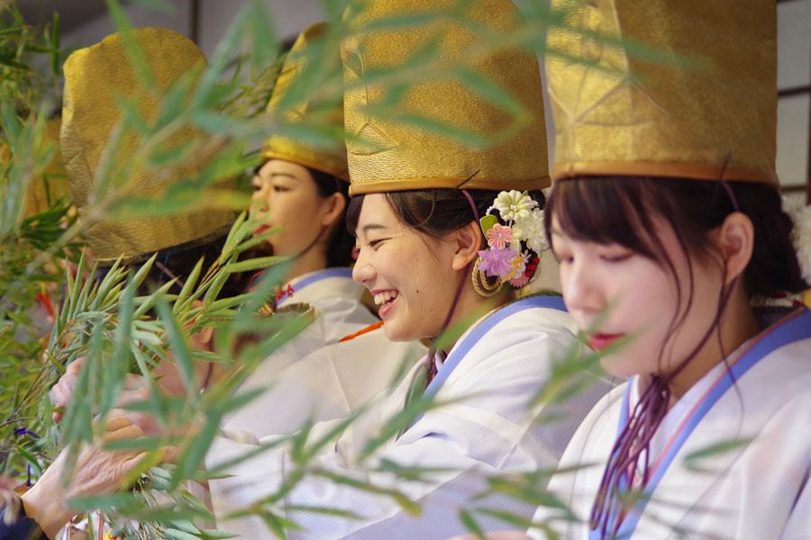 次々と差し出される福笹に縁起物をつけていく2019年の福娘(9日・今宮戎神社)