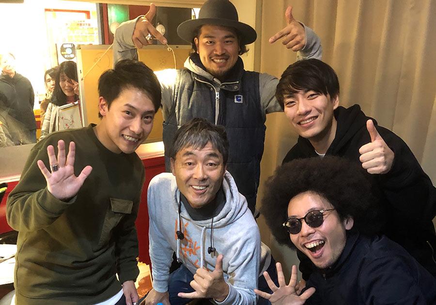 前列左から時計回りに、OTO、KASH、TAKA、GOTTI、中央はDJのマーキー(28日・大阪市内)