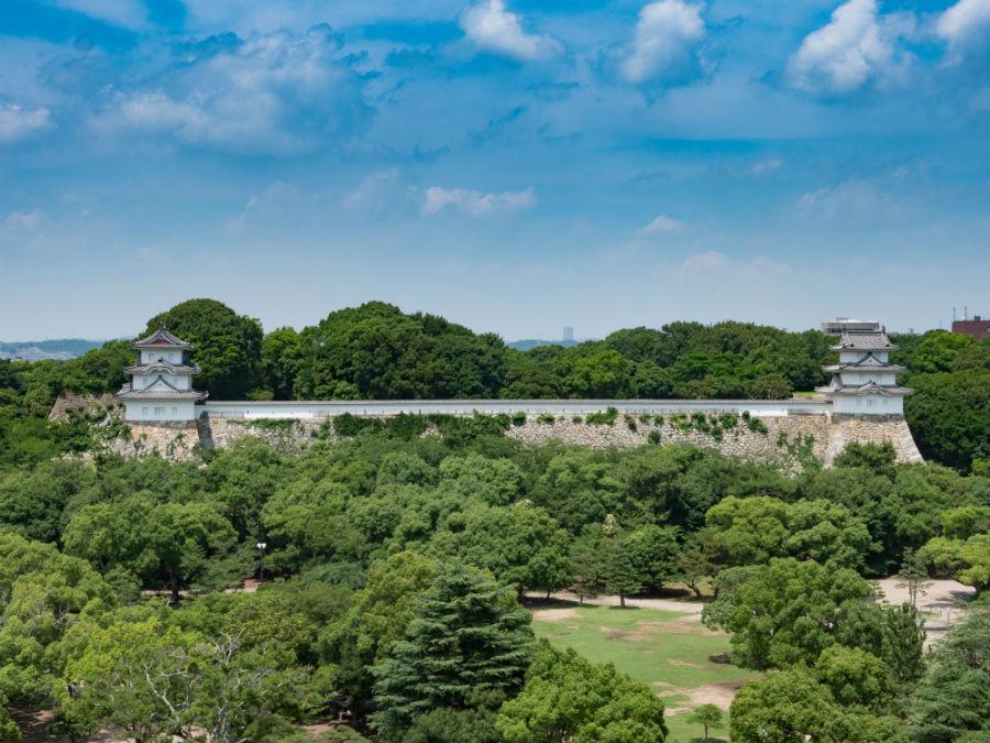JR明石駅のホームから見える「明石城」(提供:明石観光協会)