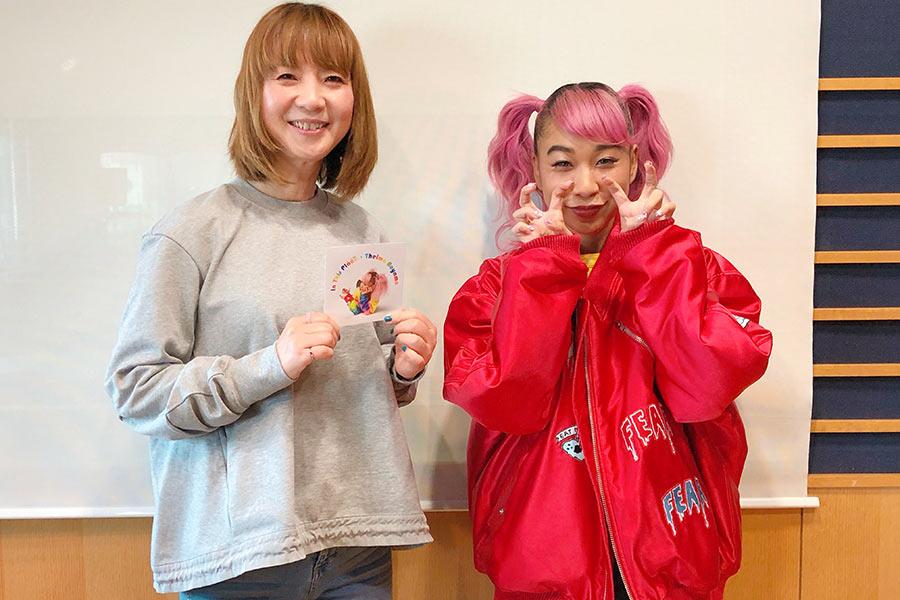 FM OH!『LOVE FLAP』に出演した青山テルマ(右)、左はDJの谷口キヨコ
