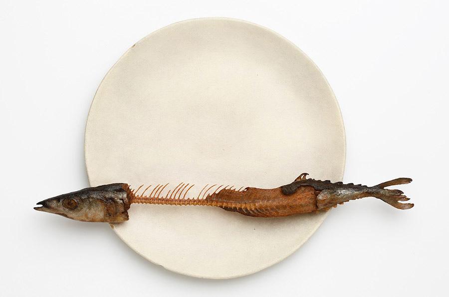 【木彫】前原冬樹《一刻:皿に秋刀魚》 2014年