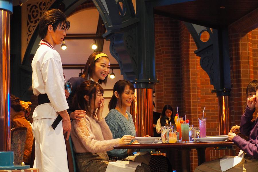 写真撮影のために各テーブルに回ってくれる園子と京極さん
