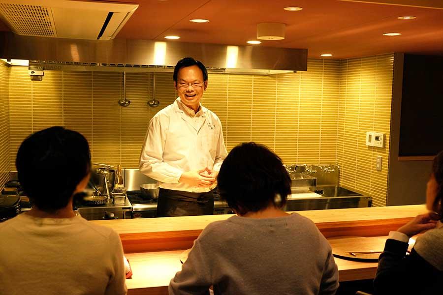オープン日の1月18日は予約客で満席に。当主の左嵜 謙祐さんのトークが客を魅了した