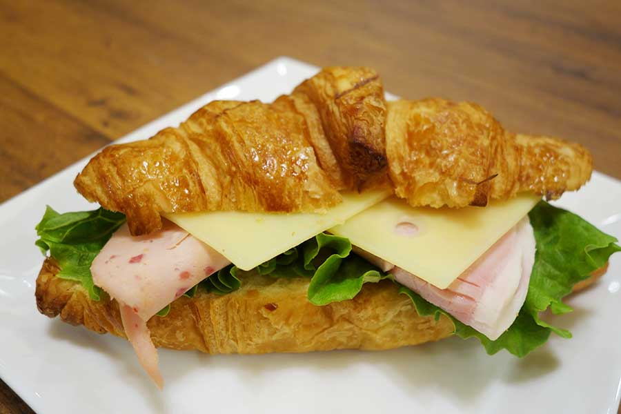 2種のハムとチーズをサンドしたクロワッサンサンド580円