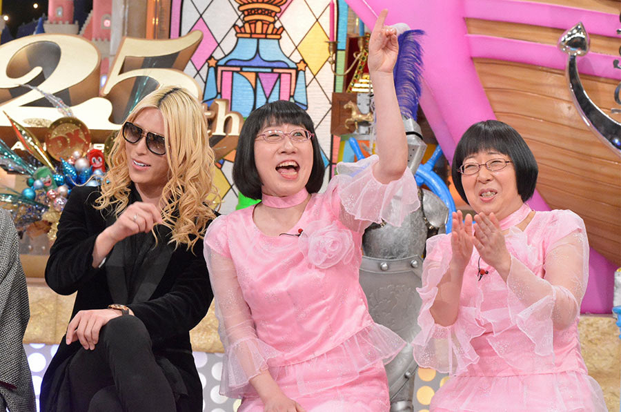 左から、人気ホストのROLAND、阿佐ヶ谷姉妹(渡辺江里子、木村美穂) © ytv