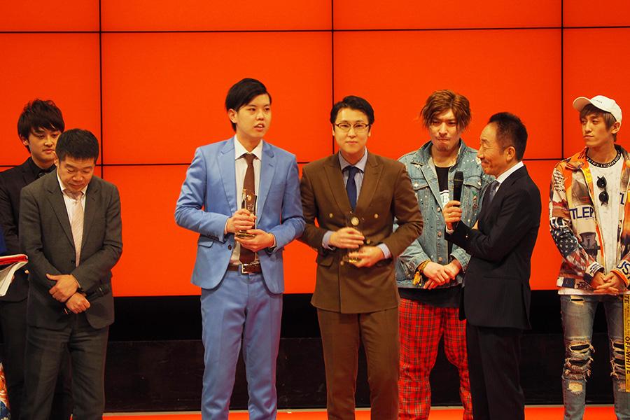 新人賞を受賞したエンペラー。中央左から安井、西山(14日・大阪市内)